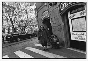 """Alda Merini mentre si reca a """"La Chimera"""""""