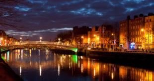 Sui sentieri d'Irlanda, paese visceralmente indipendente, globalizzato a modo suo, che ama il progresso ma non lo baratta con la propria originalità