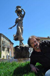 Serafín Santibáñez Reigadas davanti alla scultura